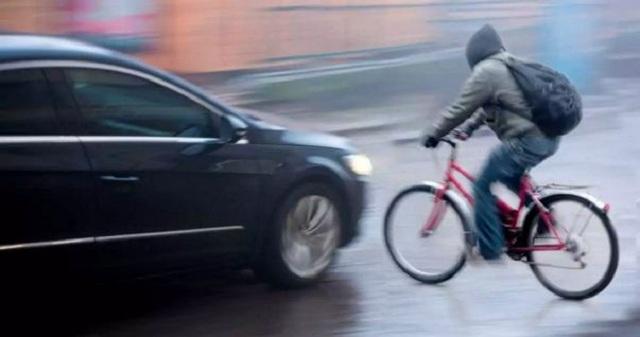 Οδηγός τράκαρε ποδηλάτη και του ζητά να πληρώσει τις ζημιές