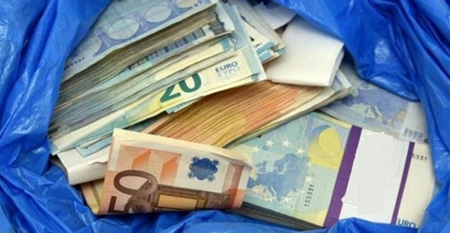 Αφησε 20.000€ κάτω από κάδο για να σώσει την κόρη της