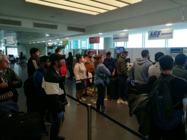 Χάος στο αεροδρόμιο της Λάρνακας – Έλληνες στην ουρά για ένα εισιτήριο χωρίς προστασία