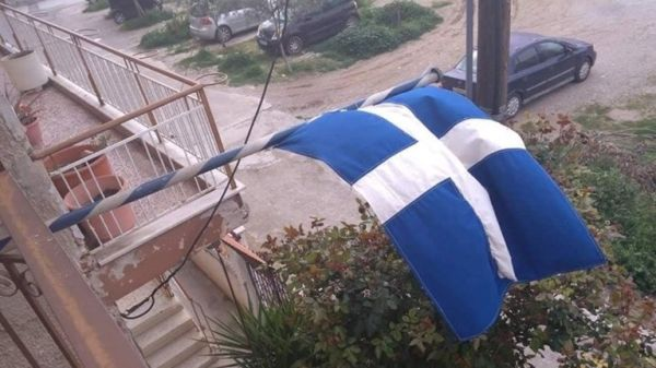 25η Μαρτίου: Σημαία 100 χρόνων σε μπαλκόνι στη Θεσσαλονίκη