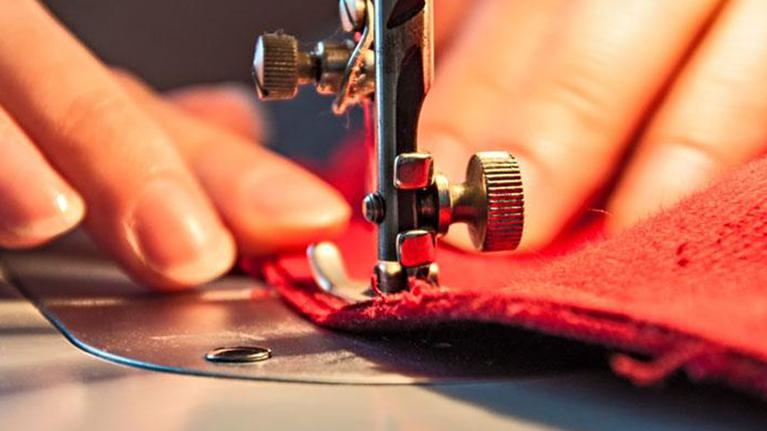 Ο ιταλικός οίκος μόδας Πράντα παράγει μόνο μάσκες και ιατρικές στολές