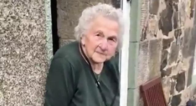 Η ατρόμητη 93χρονη γιαγιά από την Σκωτία δείχνει τα δόντια της στον κορονοϊό