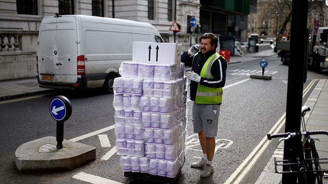 Αισχροκέρδεια χωρίς όρια: Άντρας πουλούσε χαρτί υγείας έναντι 55 ευρώ!