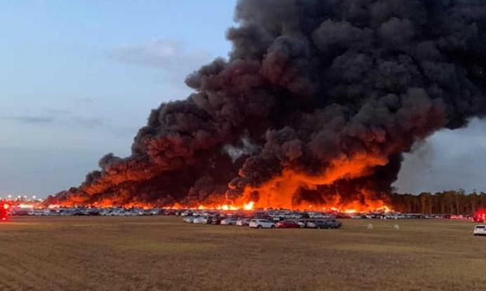 ΗΠΑ: Μεγάλη φωτιά κατέστρεψε 3.500 αυτοκίνητα ενοικίασης (Videos)