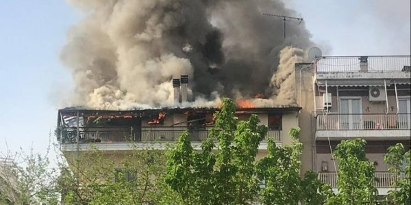 Τρίκαλα: Μεγάλη φωτιά σε πολυκατοικία - Έχουν εκκενωθεί διαμερίσματα