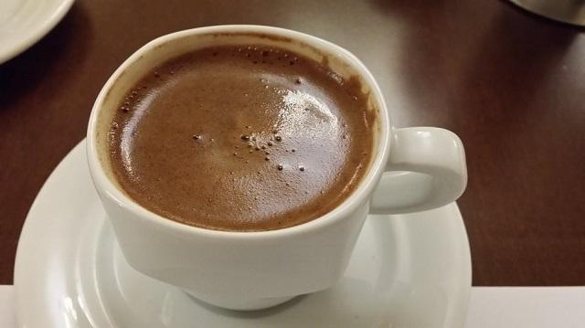 Άνοιξε την καφετέριά του στην Ελασσόνα και σέρβιρε σε θαμώνες