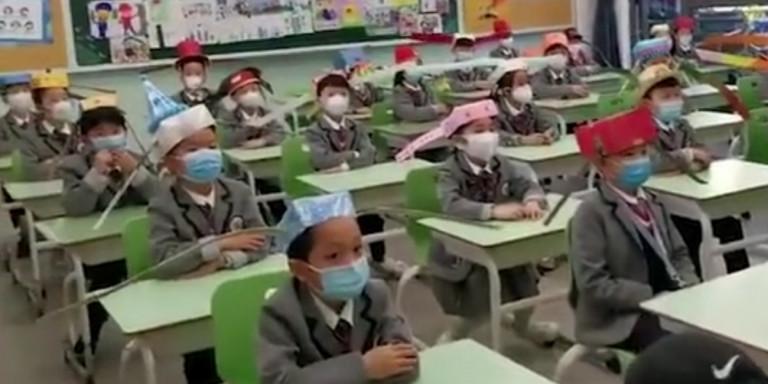 Απίστευτοι Κινέζοι: Παιδάκια στο σχολείο φορούν καπέλα ενός μέτρου για να τηρούν αποστάσεις [εικόνες]