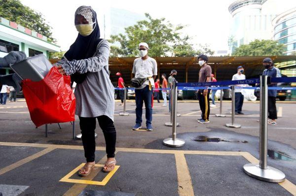 Στη Τζακάρτα εάν δεν τηρείς τα μέτρα σε στέλνουν να καθαρίσεις...τουαλέτες!