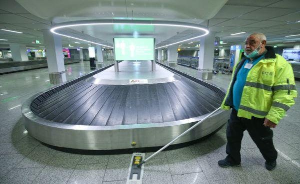 Ο έρωτας...καραντίνα δεν κοιτά: Μεταμφιέστηκε σε υπάλληλο αεροδρομίου για να δει την αγαπημένη του!