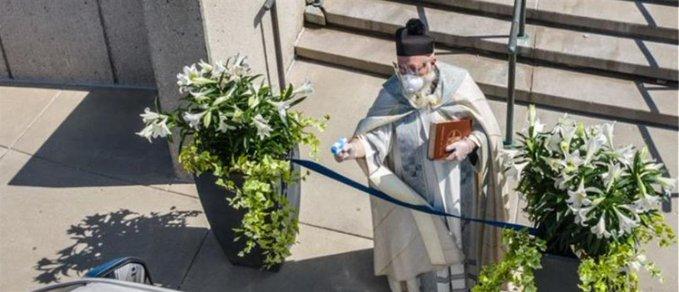 ΗΠΑ : Ιερέας έριξε αγιασμό στους πιστούς με… νεροπίστολο