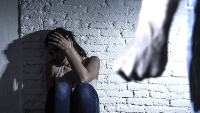 Ψευδείς οι καταγγελίες για τη βία, λέει ο 53χρονος