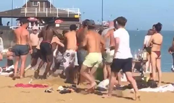 Απίστευτο ξύλο σε παραλία, μετά τη χαλάρωση των μέτρων για την πανδημία