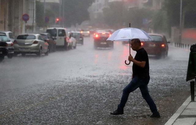 Άνοιξαν οι ουρανοί στην Αττική: Σφοδρές καταιγίδες και κεραυνοί