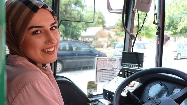 Η 22χρονη Νεσλιχάν η πρώτη γυναίκα οδηγός στο τιμόνι των Αστικών Κομοτηνής