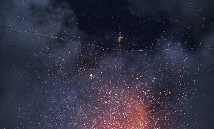 Περπάτησαν σε σχοινί επάνω από κρατήρα ενεργού ηφαιστείου