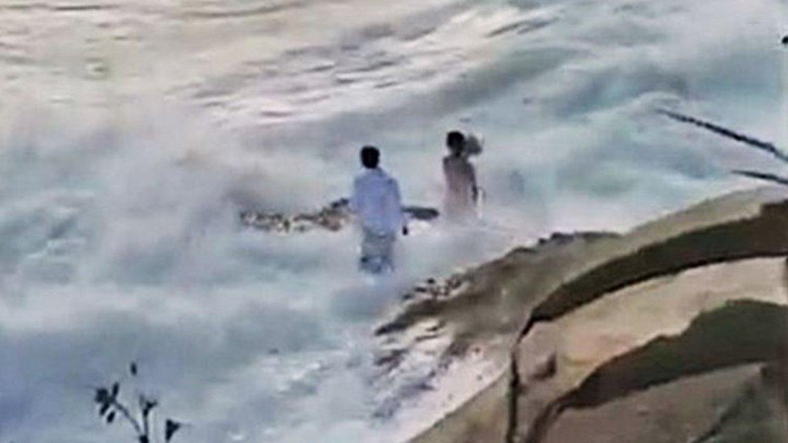 ΗΠΑ: Κύμα παρέσυρε ζευγάρι την ώρα που έβγαζε γαμήλιες φωτογραφίες