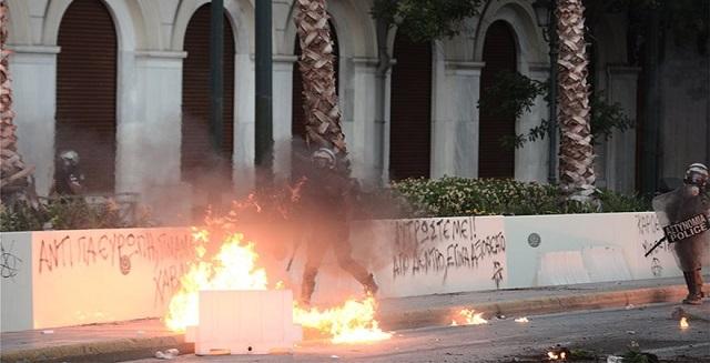 Επεισόδια και μολότοφ στην… διαδήλωση για τις διαδηλώσεις έξω από την Βουλή