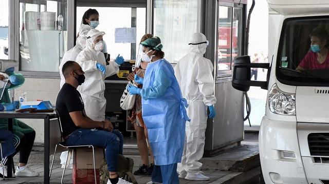 Μάχη σε δύο μέτωπα για να μην «φουντώσει» η επιδημία