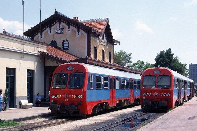 Άνοιξαν πετροπόλεμο… με το τρένο Λάρισα - Βόλος