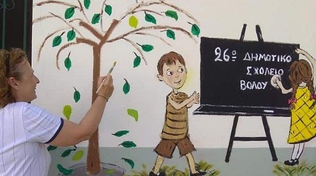 Βολιώτισσα δίνει χρώμα σε γκρίζους τοίχους
