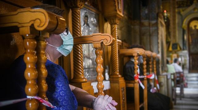 Προσκύνημα με μάσκες στους ναούς