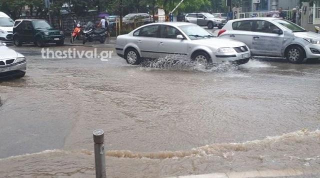 Πλημμύρες στον Λαγκαδά Θεσσαλονίκης: Εγκλωβίστηκαν κάτοικοι σε σπίτια και αυτοκίνητα [εικόνες]