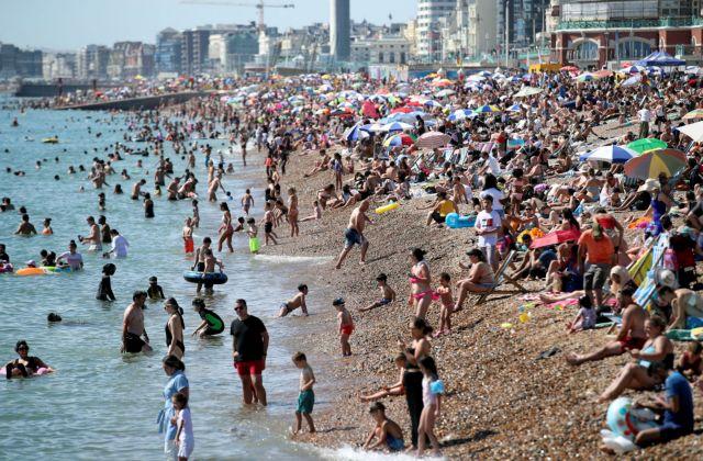 Χαμός στις παραλίες της Βρετανίας: Ο καύσωνας «νίκησε» τον φόβο του κορονοϊού