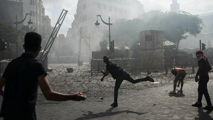 Οργή λαού στον Λίβανο: Εισβολή διαδηλωτών στο ΥΠΕΞ - Αναφορές και για πυροβολισμούς