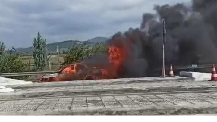 Κορινθία: Αυτοκίνητο τυλίχθηκε στις φλόγες στα διόδια