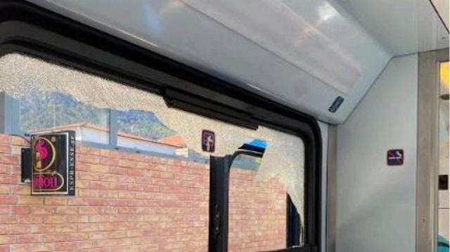 Βράχια έπεσαν πάνω στο τρένο στο Διακοπτό [εικόνες]