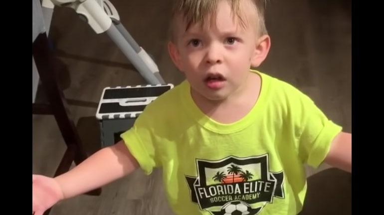 Ένα αγόρι είναι πολύ θυμωμένο