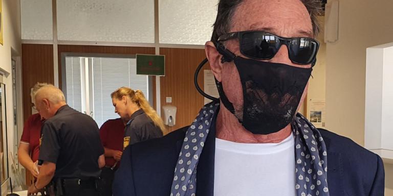 Συνελήφθη ο εκκεντρικός επιχειρηματίας Τζον Μακάφι: Φορούσε γυναικείο εσώρουχο αντί για μάσκα