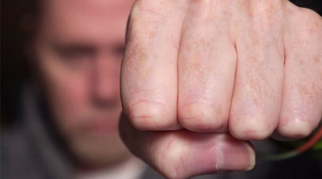 Αγριος καβγάς νεαρών στη Λάρισα για μια γόπα τσιγάρου