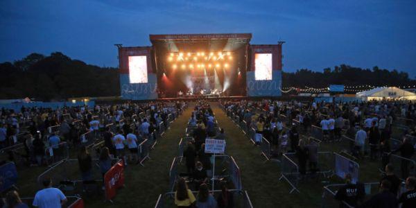 Η πρώτη συναυλία με social distancing έγινε στο Νιούκαστλ