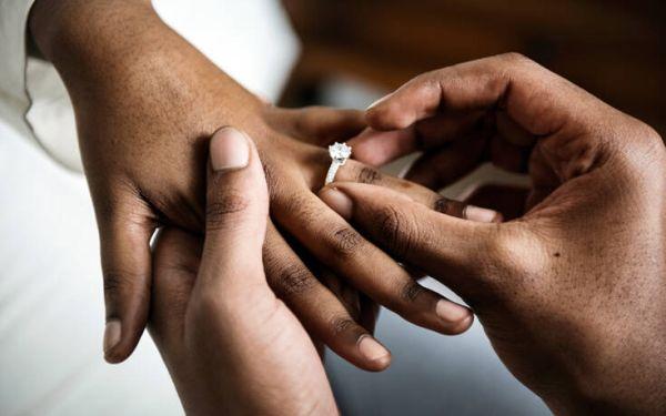 Η αναγγελία γάμου που πρόδωσε μια απιστία κι έγινε viral