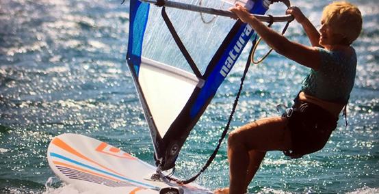 Ελληνίδα προτείνεται για το ρεκόρ Guinness ως η γηραιότερη windsurfer στο κόσμο