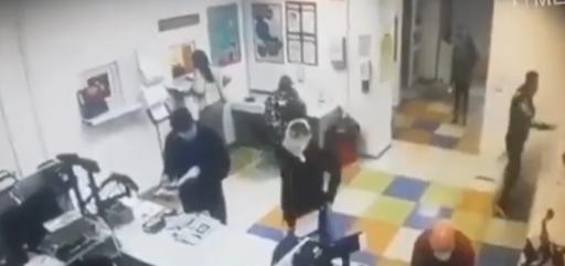 Βίντεο: Γδύθηκε στο ταχυδρομείο για να κάνει το εσώρουχό της μάσκα