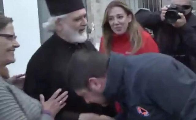 «Φάουλ» Χαρδαλιά στην Καρδίτσα: Φίλησε το χέρι του παπά και έβγαλε την μάσκα