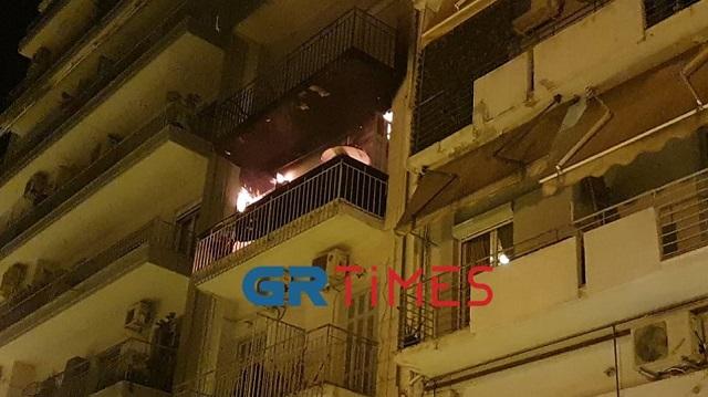 Φωτιά σε διαμέρισμα στη Θεσσαλονίκη: Διασωληνώθηκε ένας από τους απεγκλωβισμένους