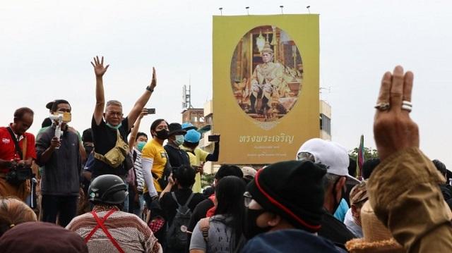 Ταϊλάνδη: Αντικυβερνητικοί διαδηλωτές επιτέθηκαν στην αυτοκινητοπομπή του βασιλιά [βίντεο]