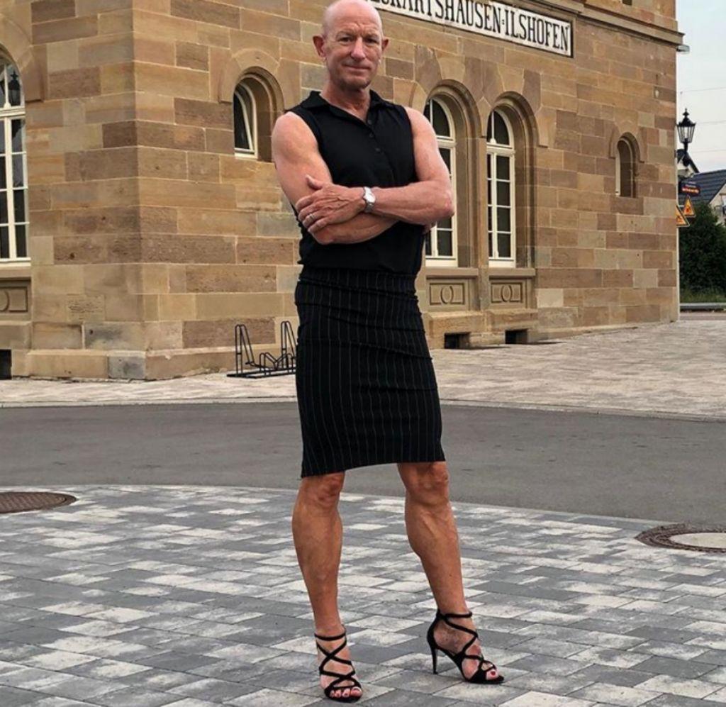 Άντρας μηχανικός πηγαίνει καθημερινά στη δουλειά φορώντας γόβες και φούστα