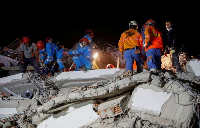 Δραματικές ώρες για τους Έλληνες της Σμύρνης μετά τον φονικό σεισμό