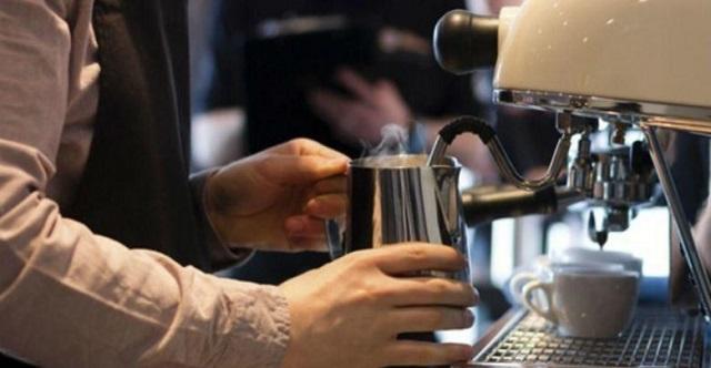 Με χειροπέδες 47χρονος που λειτουργούσε το café του στη Λάρισα και απείλησε αστυνομικούς