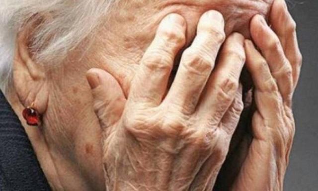 Αγκάλιασε ηλικιωμένη και της έκλεψε χρυσή αλυσίδα και το πορτοφόλι