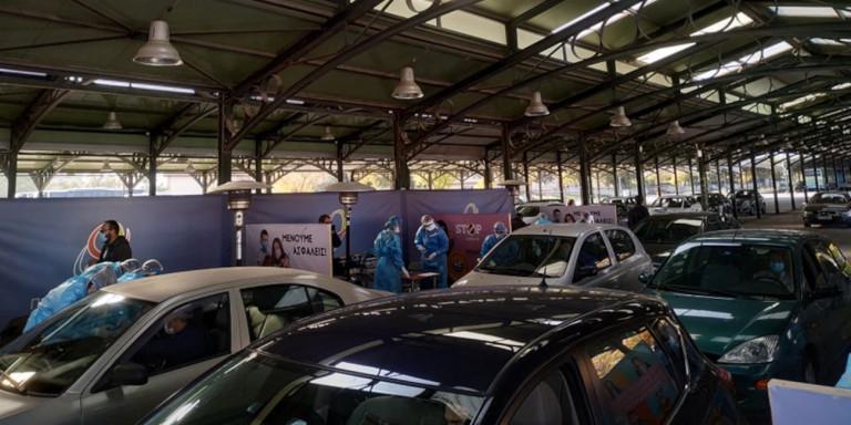 Λάρισα: Ουρές αυτοκινήτων για τεστ κορονοϊού -Drive through testing στη σκεπαστή Νεάπολης [βίντεο]