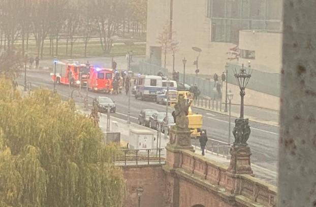 Αυτοκίνητο έπεσε πάνω στην πύλη του γραφείου της Μέρκελ στο Βερολίνο