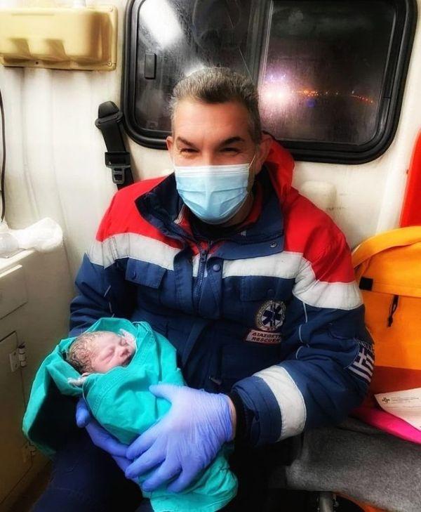 Μωρό γεννήθηκε μέσα σε ασθενοφόρο στην Καρδίτσα