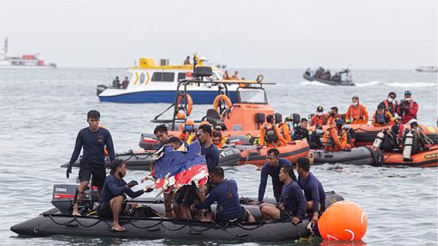 Νέα στοιχεία για την αεροπορική τραγωδία στην Ινδονησία: Δύτες θα επιχειρήσουν σήμερα να ανασύρουν τα μαύρα κουτιά