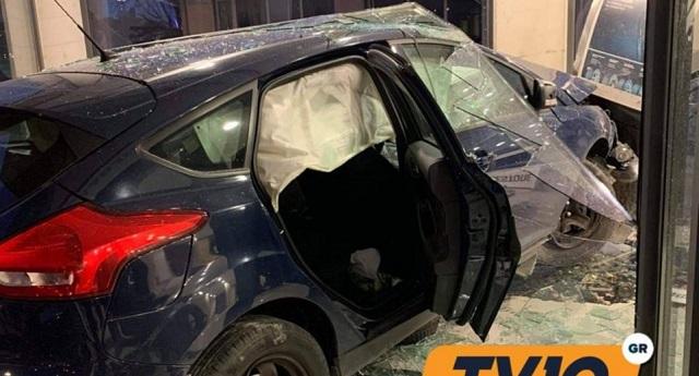 Αυτοκίνητο «καρφώθηκε» σε κατάστημα στα Τρίκαλα