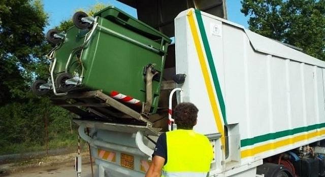 Επισκευή απορριμματοφόρου στον Δήμο Σκιάθου
